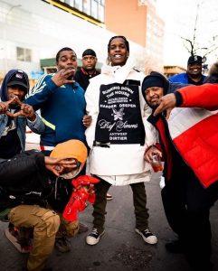 A$ap Rocky repartiendo comida en Acción de Gracias de 2019. Foto por @fastpacevi