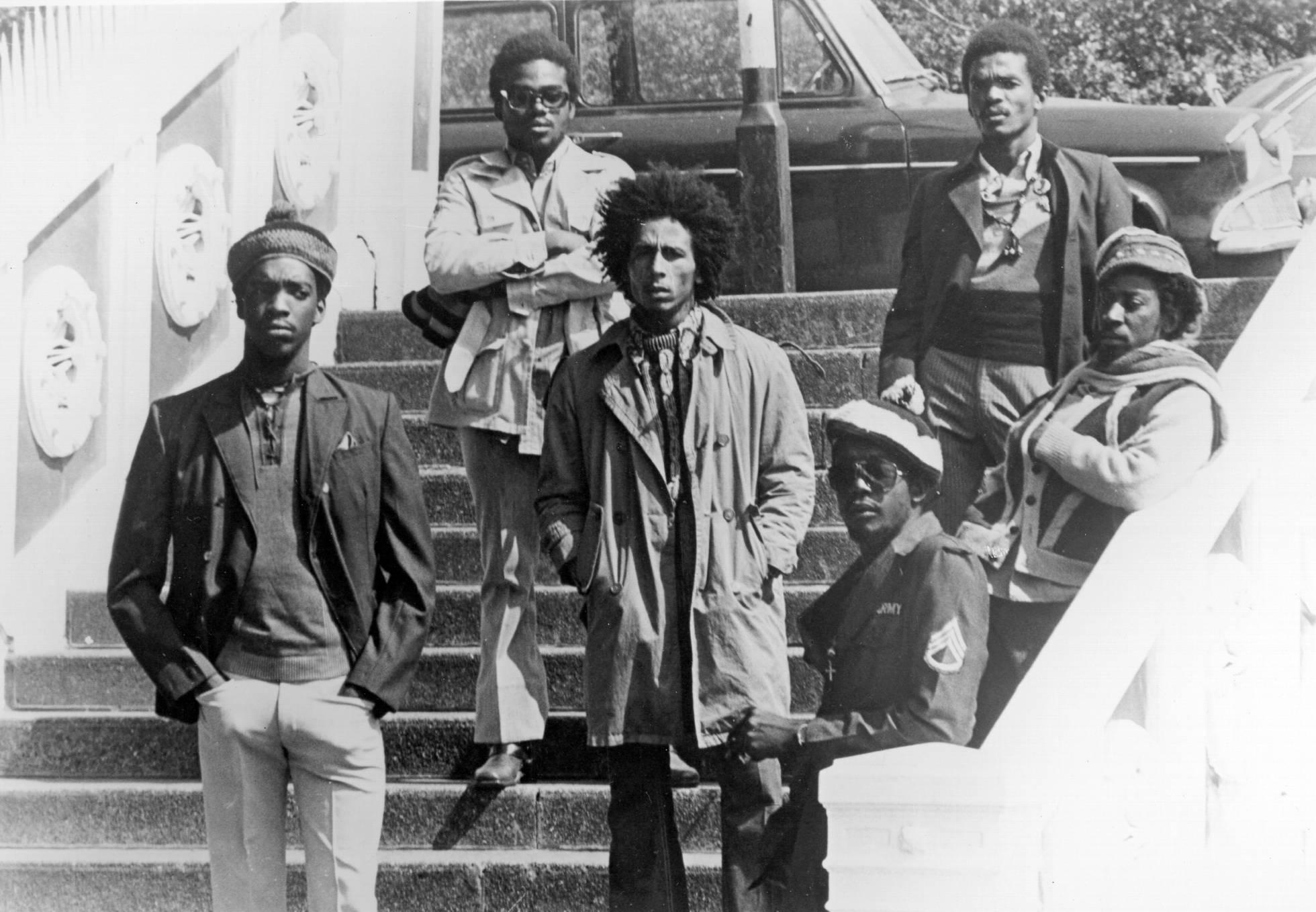 La formación en directo The Wailers en 1973 en Londres. De izquierda a derecha Peter McIntosh 'Tosh', Aston 'Family Man' Barrett, Bob Marley, Earl 'Wire' Lindo, Carlton 'Carly' Barrett y Neville 'Bunny' Livingstone. (Foto: Michael Ochs Archives/Getty Images)
