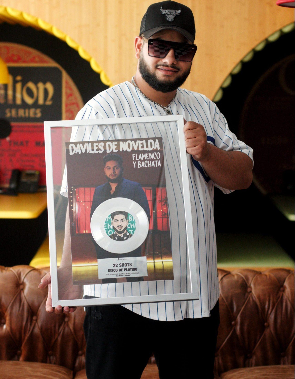 """Daviles de Novelda posando con su disco de platino de """"22 shots"""" para Urbzine. Fotografía exclusiva @drainedsoul.portraits"""